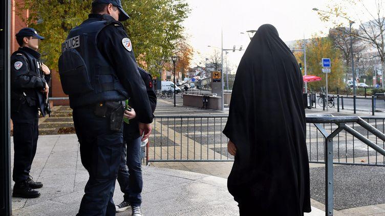 Une femme portant la burqa à Toulouse (Haute-Garonne), le 9 décembre 2015. (MAXPPP)