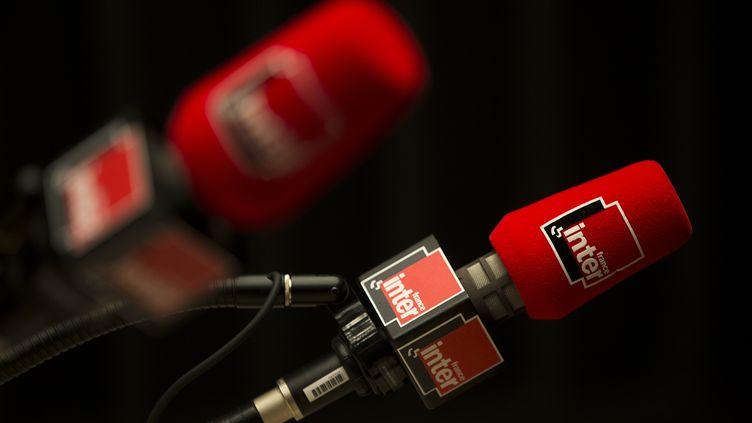 Des micros dans un studio de France Inter, le 3 novembre 2015. (JOEL SAGET / AFP)