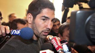 Nikola Karabatic s'exprime après une audition au Palais de justice de Montpellier, dans l'affaire des paris suspects, le 16 octobre 2012. (PASCAL PARROT / REUTERS)
