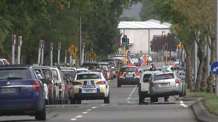 Les forces de l'ordre se rendent près de la mosquée visée par l'attaque terroriste le vendredi 15 mars 2019 à Christchurch en Nouvelle-Zélande. (TV NEW ZEALAND / TV NEW ZEALAND)