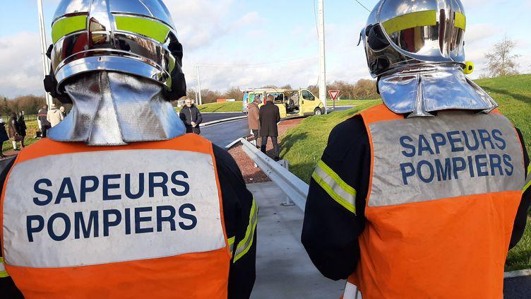 Deux sapeurs-pompiers lors d'un exercice au Dézert (Manche), le 15 janvier 2020 (PIERRE COQUELIN / FRANCE-BLEU COTENTIN)