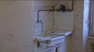 L'appartement insalubre deMohamed Berkous à Villeurbanne (Rhône). (FRANCE 3 RHONE-ALPES / FRANCETV INFO)