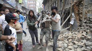 A Katmandou, des habitants pris de panique se sont rués dans la rue au moment du séisme qui s'est produit à l'heure du déjeuner, vers midi, et des murs de bâtiments se sont effondrés. (NARENDRA SHRESTHA / MAXPPP)
