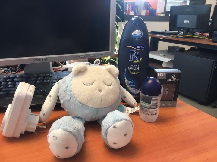 Une peluche, un déodorant ou un gel douche, utilisés par des hackers pour violer la vie privée de leurs victimes. (DAVID DI GIACOMO / RADIO FRANCE)