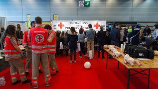 Des équipes de la Croix-Rouge lors d'un salon au parc des expositions à Paris, le 24 mars 2019. (RICCARDO MILANI / HANS LUCAS / AFP)