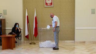 Bureau de vote à Varsovie (Pologne) pour le deuxième tour de l'élection présidentielle, dimanche 12 juillet 2020. (DOMINIKA ZARZYCKA / NURPHOTO VIA AFP)