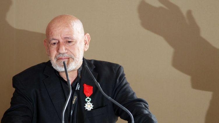Le cinéaste tunisien Nouri Bouzid, le 12 mai 2011, alors qu'il vient d'être fait chevalier de la Légion d'honneur à Cannes (sud de la France),en marge du festival du film. (FRANCOIS MORI/AP/SIPA / AP)