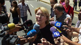 La procureure générale du Venezuela Luisa Ortega improvise une conférence de presse, dans les rues de Caracas (Venezuela), le 5 août 2017. (RONALDO SCHEMIDT / AFP)