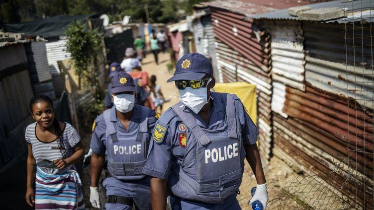 Des policiers sud-africains patrouillent à Johannesbourg le 21 mars 2020. (MICHELE SPATARI / AFP)