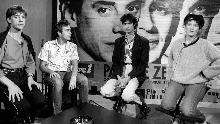 Jean-Louis Aubert, Richard Kolinka, Louis Bertignac et Corinne Marienneau, le 8 octobre 1984 sur le plateau de TF1, première chaîne publique.  (Georges Bendrihem / AFP)