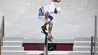 Aurélien Giraud pendant les qualifications du skateboard, dimanche 25 juillet, à Tokyo. (JEFF PACHOUD / AFP)