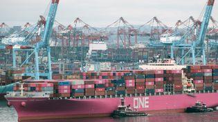 Un cargo sort d'un port en face de Bayonne à Bayonne dans New Jersey aux Etats-Unis, le 6 octobre 2021. (SPENCER PLATT / GETTY IMAGES NORTH AMERICA)