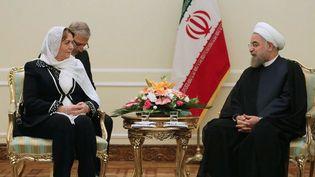 Le président iranien, Hassan Rouhani, assure la présidente de l'Assemblée du peuple syrien, Hadiya Khalaf Abbas, du soutien sans faille de la République islamique d'Iran à son pays, le 27 septembre 2016, à Téhéran. (HO/IRANIAN PRESIDENCY/AFP)