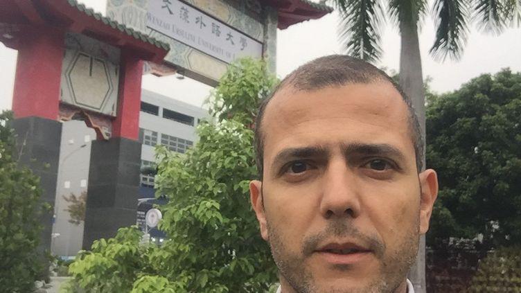 """Vincent Rollet devant l'entrée principale de l'Université Wenzao où il exerce comme enseignant-chercheur :""""Si on ne respecte pas les règles comme le port du masque dans les lieux publics, il y a une amende de 500 euros"""" (VINCENT ROLLET)"""