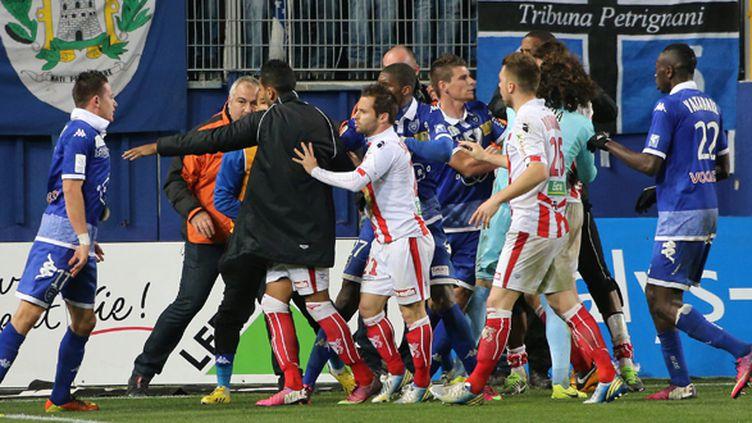Ajacciens et Bastiais ont offert un triste spectacle samedi soir (GERARD BALDOCCHI / MAXPPP)