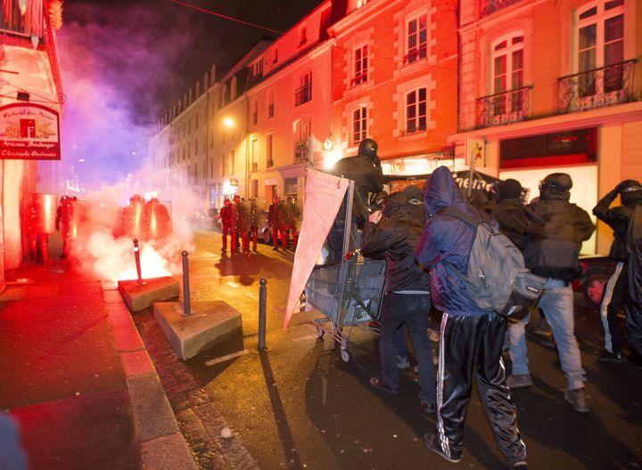Des manifestants antifascistes affrontent les forces de l'ordre en marge d'un meeting du FN Front National à Rennes (Ille-et-Vilaine), le 8 février 2014. (  MAXPPP)