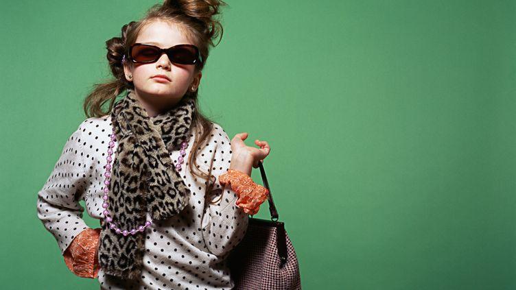 Une fillette prend la pose à la manière des magazines de mode. (AFP)