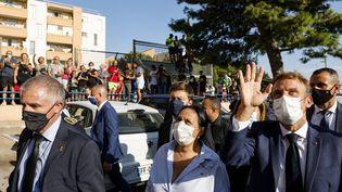Emmanuel Macron salue les habitants du quartier de Bassens aux côtés du maire de Marseille, Benoît Payan, le 1er septembre 2021. (LUDOVIC MARIN / AFP)