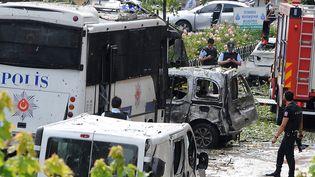 Forces de sécurité et premiers secours arrivent sur les lieux de l'attentat où a explosé une voiture piégée, dans le quartier historique d'Istanbul, le 7 juin 2016. (STRINGER / DOGAN NEWS AGENCY)