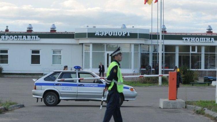 Un officier de police monte la garde devant l'aéroport Tounochna d'Iaroslavl, après le crash d'un Yak-42 (7/9/2011) (AFP / Ria Nvosti / Konstantin Chalabov)