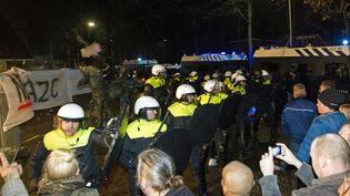 Lors de lamanifestation contre la création d'un centre d'acceuil pour demandeurs d'asile, mercredi 16 décembre, à Geldermalsen (Pays-Bas). (JEROEN JUMELET / ANP)