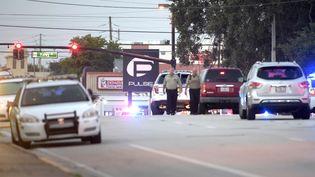La police aux abords du Pulse, un club gay d'Orlando (Floride), théâtre de la fusillade la plus meurtrière de l'histoire des Etats-Unis, le 12 juin 2016. (PHELAN M. EBENHACK / AP / SIPA)