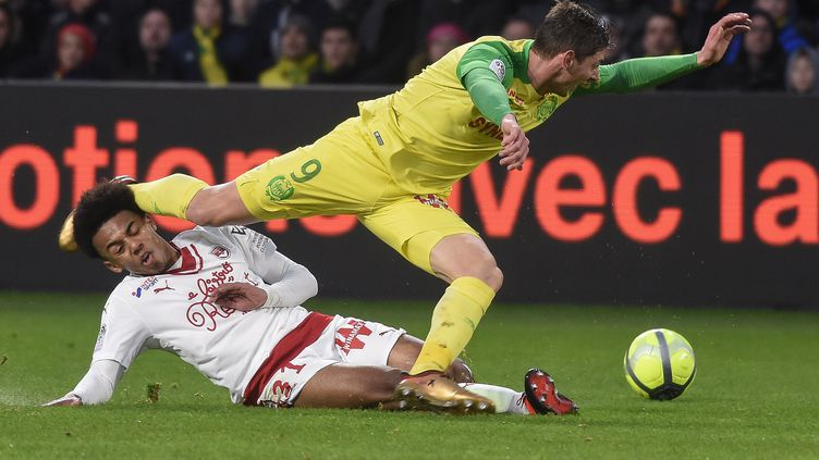 Le jeune défenseur de Bordeaux Kounde prend le meilleur sur l'attaquant nantais Sala (JEAN-SEBASTIEN EVRARD / AFP)