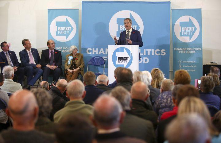 Le leader du parti europhobe Brexit Party, Nigel Farage, lors d'un événement de la campagne pour les élections législatives britanniques, le 8 novembre 2019 à Pontypool (Royaume-Uni). (GEOFF CADDICK / AFP)