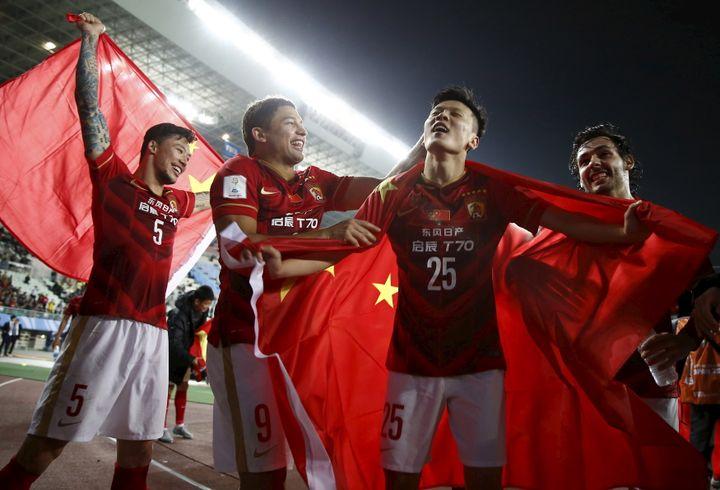 La joie des joueurs du Guangzhou Evergrande après leur victoire sur le Club America de Mexico, en quart de finale du Mondial des clubs, à Osaka (Japon), le 13 décembre 2015. (THOMAS PETER / REUTERS)