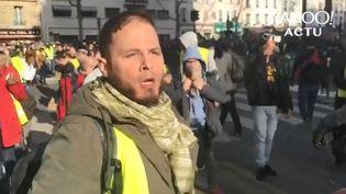 """Benjamin W., filmé en train de proférer des insultes à l'encontre d'Alain Finkielkraut, le 16 février 2019 dans le cadre d'un rassemblement des """"gilets jaunes"""" organisé à Paris. (YAHOO ACTU / FRANCEINFO)"""