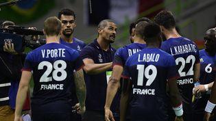 Didier Dinart, entraîneur adjoint des Bleus, donne des consignes aux joueurs, lors de la finale des Jeux olympiques contre le Danemark, le 21 août 2016 à Rio de Janeiro (Brésil). (JAVIER SORIANO / AFP)
