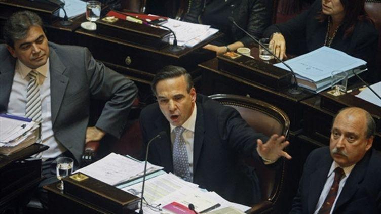 Le sénateur Miguel Pichetto (au centre) chef du groupe du parti de centre gauche, le 16 juillet 2008. (AFP)
