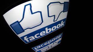 Un logo de Facebook sur une tablette numérique, à Paris, le 4 décembre 2012. (LIONEL BONAVENTURE / AFP)