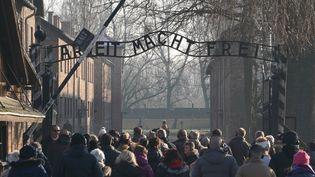 Des visiteurs à l'entrée du camp d'extermination d'Auschwitz, le 5 décembre 2019, àOswiecim, en Pologne. (JANEK SKARZYNSKI / AFP)