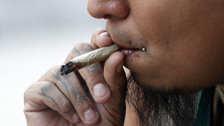 Un activiste fume du cannabis devant la Cour suprême du Mexique à Mexico 26 juin 2021. (EYEPIX / NURPHOTO / AFP)
