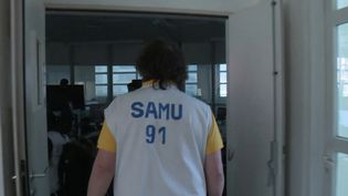 Depuis le début de l'épidémie de Covid-19, les Samu sont en première ligne de la réponse du corps médical. Une équipe de France 2 a suivi le quotidien du centre de l'Essonne. (France 2)