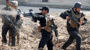Dessoldats de l'armée irakienneavancent pour rendrendre Mossoul (Irak) au groupe Etat islamique, le 1er mars 2017. (GORAN TOMASEVIC / REUTERS)