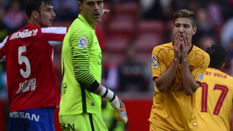 L'attaquant Luciano Vietto (FC Séville) se prend la tête dans les mains (MIGUEL RIOPA / AFP)