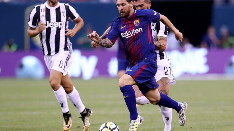 Le Barcelonais Lionel Messi poursuivi par les joueurs de la Juventus Turin. (ELSA / GETTY IMAGES NORTH AMERICA)