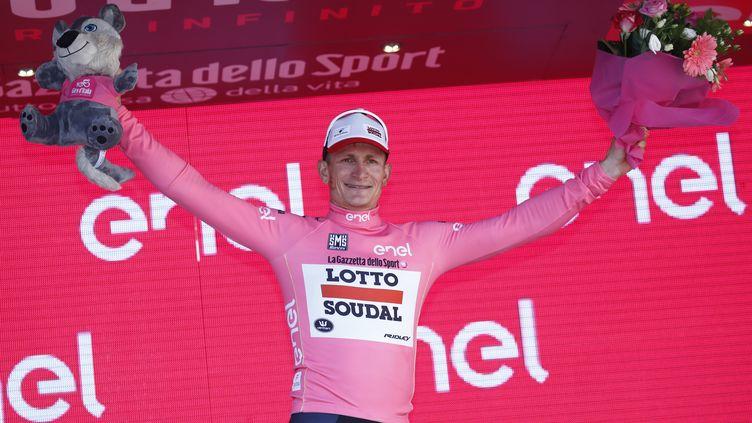 L'Allemand André Greipel (Lotto-Soudal) célèbre son premier maillot rose (LUK BENIES / AFP)