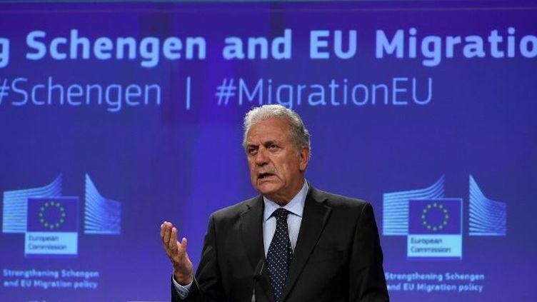 Le Commissaire européen aux Migrations, affaires intérieures et citoyenneté, Dimitris Avramopoulos, annonçant le nouveau programme de «réinstallation» des réfugiés, le 27 septembre 2017, à Bruxelles. (JOHN THYS/AFP)