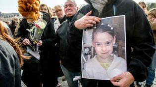 Une personne tient un portrait de Chloé, tuée à Calais (Pas-de-Calais), lors d'une marche en hommage à la petite fille,le 16 avril 2015. (PHILIPPE HUGUEN / AFP)