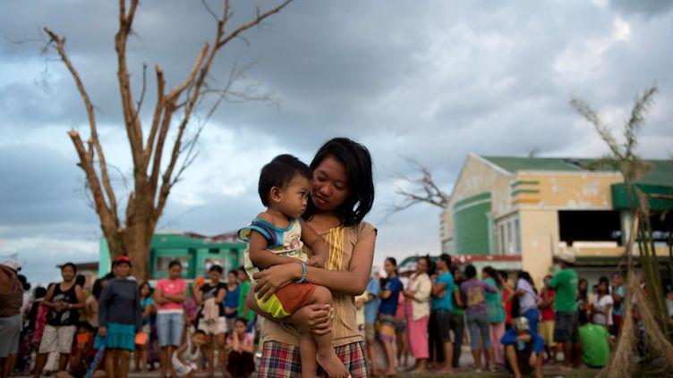 Distribution d'aide alimentaire àDagami, au sud de Tacloban (Philippines), le 18 novembre 2013. (ODD ANDERSEN / AFP)
