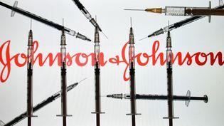 Image d'illustration montrant le logo des laboratoires Johnson and Johnson, le 18 janvier 2021. (ARTUR WIDAK / NURPHOTO / AFP)