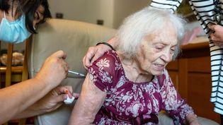 Une résidente d'un Ehpad à Port-Vendres (Pyrénées-Orientales) reçoit sa troisième dose d'un vaccin contre le Covid-19, le 9 septembre 2021. (ALINE MORCILLO / HANS LUCAS / AFP)