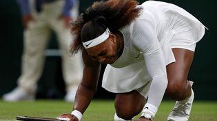 La détresse de Serena Williams, contrainte à l'abandon lors de son premier tour à Wimbledon, le 29 juin (ADRIAN DENNIS / AFP)
