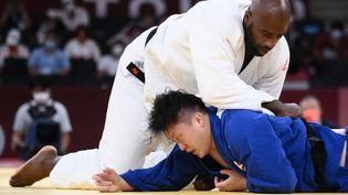 Teddy Riner domineHisayoshi Harasawa pour la médaille de bronze des lourds, le 30 juillet 2021. (FRANCK FIFE / AFP)