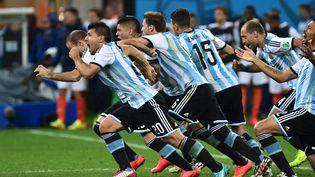 Les joueurs de l'Argentine fêtent leur victoire aux tirs au but contre les Pays-Bas en demi-finale du Mondial, à Sao Paulo (Brésil), le 9 juillet 2014. (NELSON ALMEIDA / AFP)