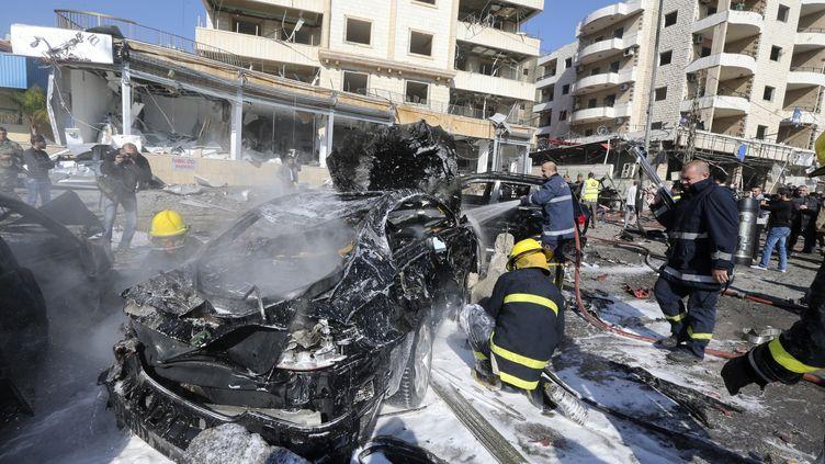 Au moins deux personnes ont été tuées mercredi 19 février 2014 dans une explosion qui a retenti à proximité d'un centre culturel iranien, dans le sud de Beyrouth (Liban). (HASAN SHAABAN / REUTERS)