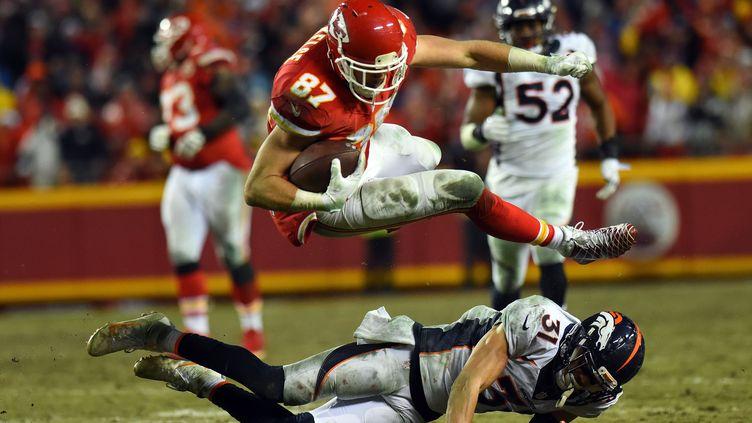 Travis Kelce (en rouge) de Kansas City plonge par-dessus Justin Simmons de Denver (JASON HANNA / GETTY IMAGES NORTH AMERICA)
